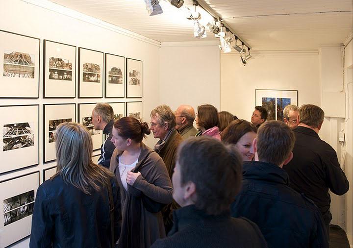 j3fm Ausstellungsraum, Innenansicht während der Fotoausstellung J. Adorf - 'Gedeih & Verderb', 2010